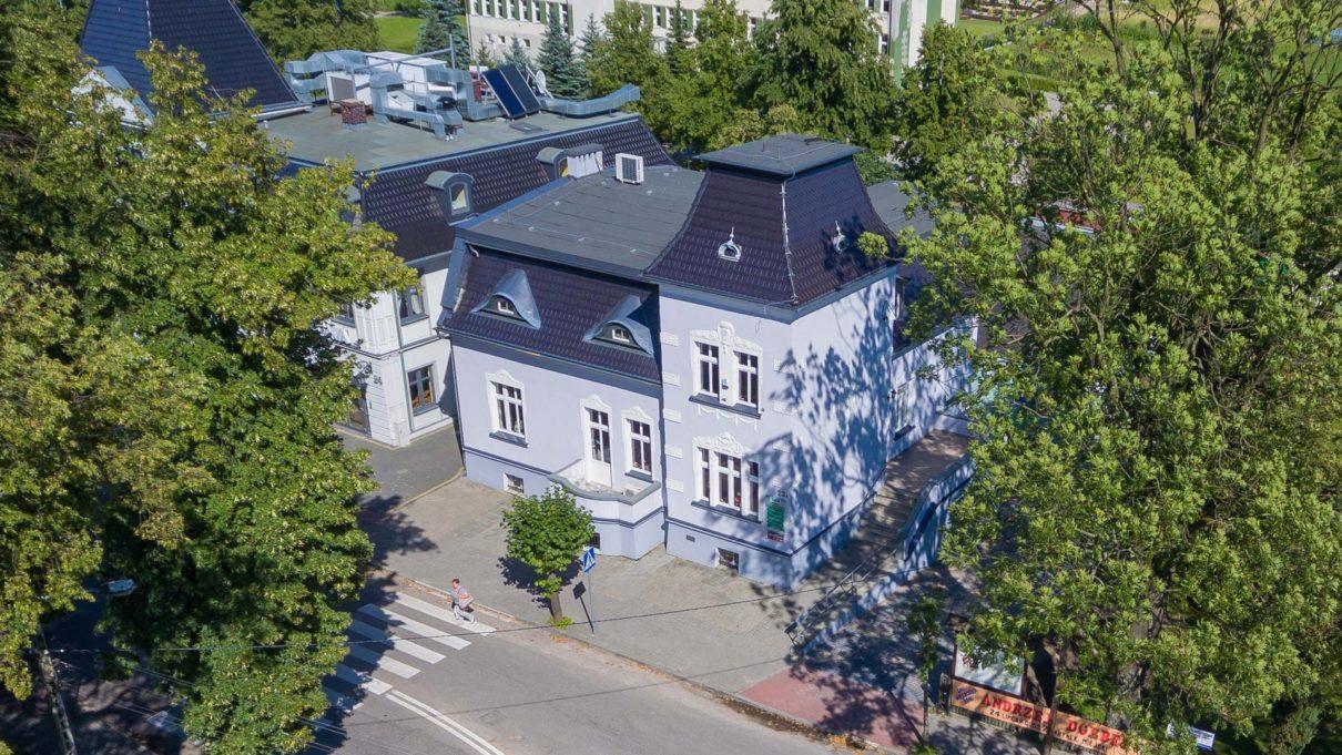 Zdjęcie główne przedstawia budynek MGOPS z lotu ptaka.